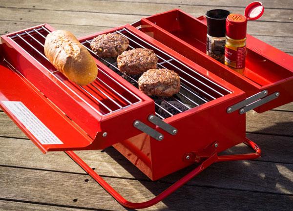 Boite à outils BBQ rouge en train de faire griller de la viande