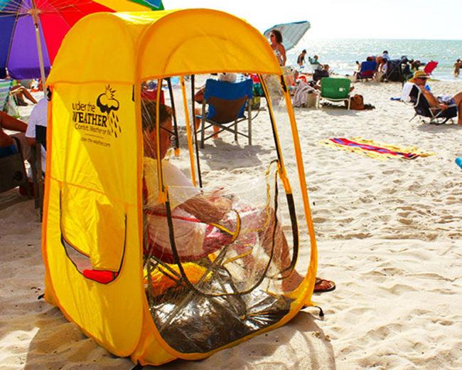 tente abri à la plage