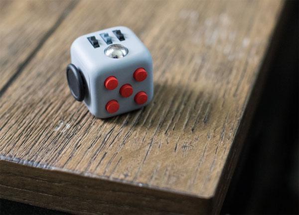 cube sur le coin de la table