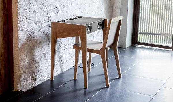 enceinte universelle la boite concept LD-130 bois clair dans salon avec une chaise