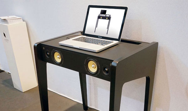 Table sono la boite concept LD130 zoom dans un salon avec PC