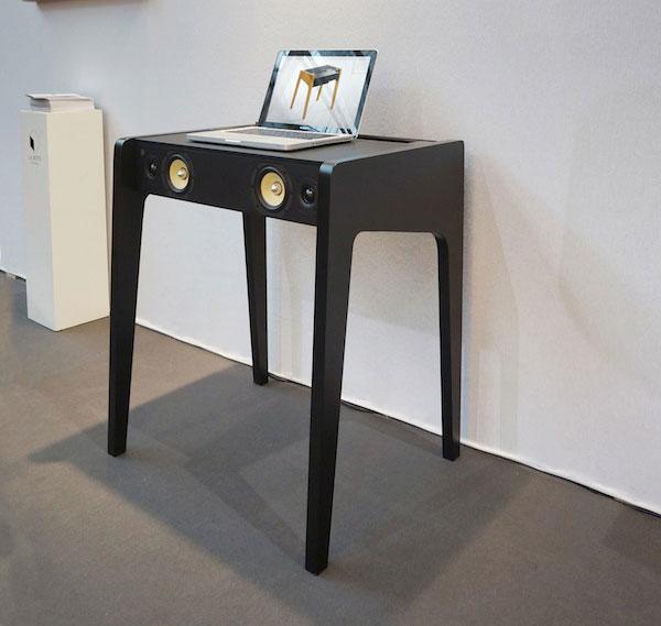 Petite table sono la boite concept LD-130 noir avec PC posé dessus