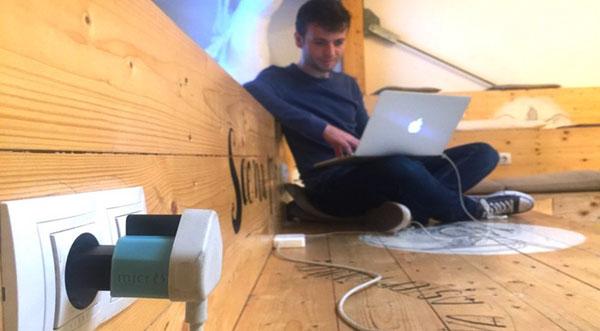 adaptateur branché et relié à un ordinateur