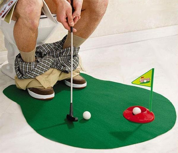 personne qui joue au mini-golf aux toilettes