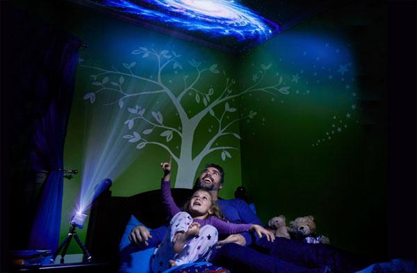 mini projecteur Rif6 Cube en train de projeter une galaxie sur le plafond de la chambre des enfants