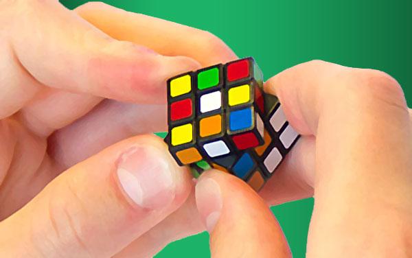 mini rubik's cube world smallest édition manipullé dans les mains