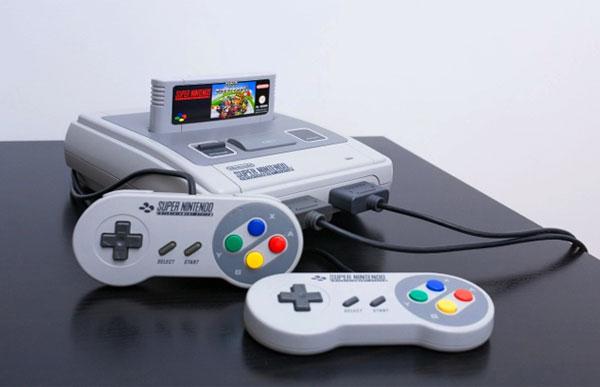 Mini console super Nes posée sur une table avec 2 manettes branchées