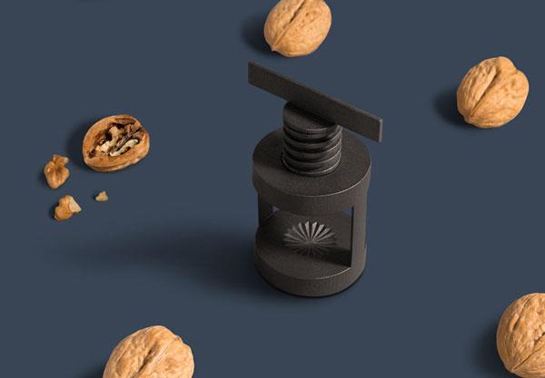 casse noix posée sur une table bleu avec des noix