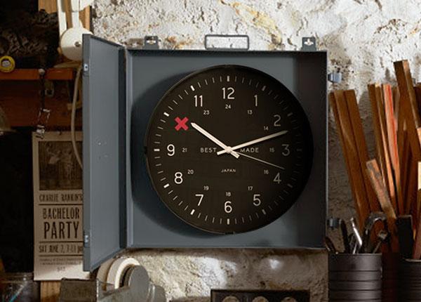 horloge dissimulable accrochée au mur d'un atelier