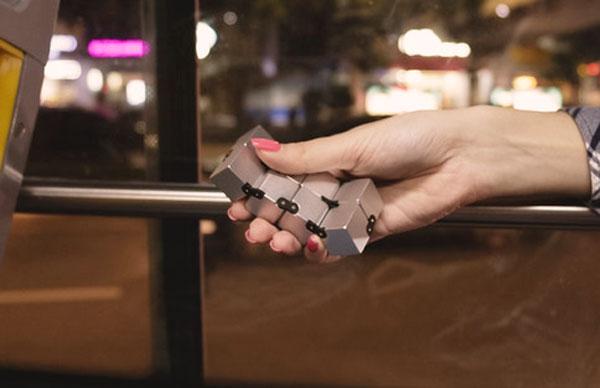infinity cube fidget déplié dans la main dans le bus