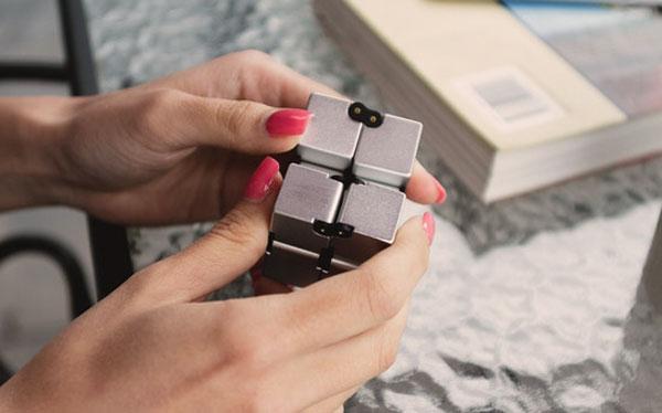 infinity cube fidget dans les 2 main d'une femme