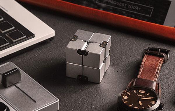 infinity cube fidget posé sur le budeau