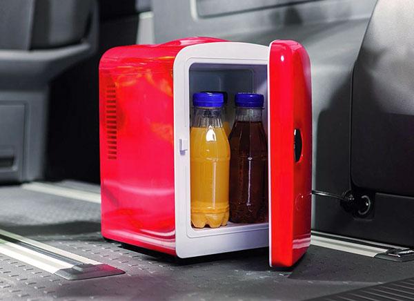 mini frigo rouge entrouvert avec 2 mini bouteille de soda à l'intérieur