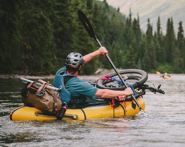 homme qui pagie avec vélo su canot compact